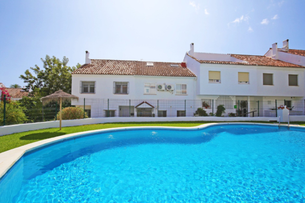 4 Bedroom, 3 Bathroom Villa For Sale in El Capricho, Marbella Golden Mile